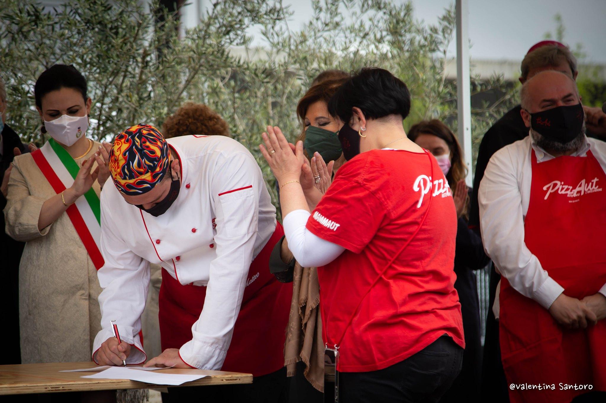 PizzAut, i ragazzi firmano il contratto di lavoro il Primo Maggio